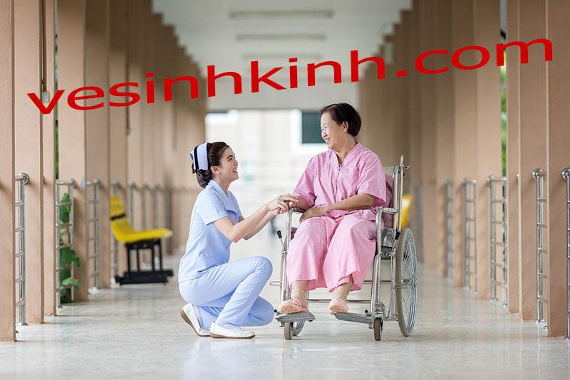 Vệ sinh kính bệnh viện