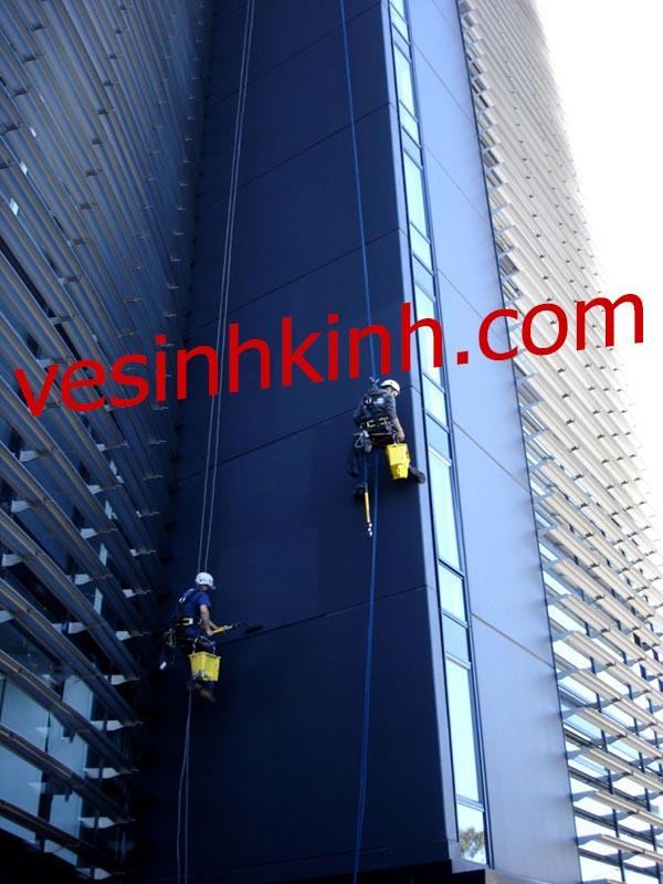 Đu dây lăn sơn tòa nhà