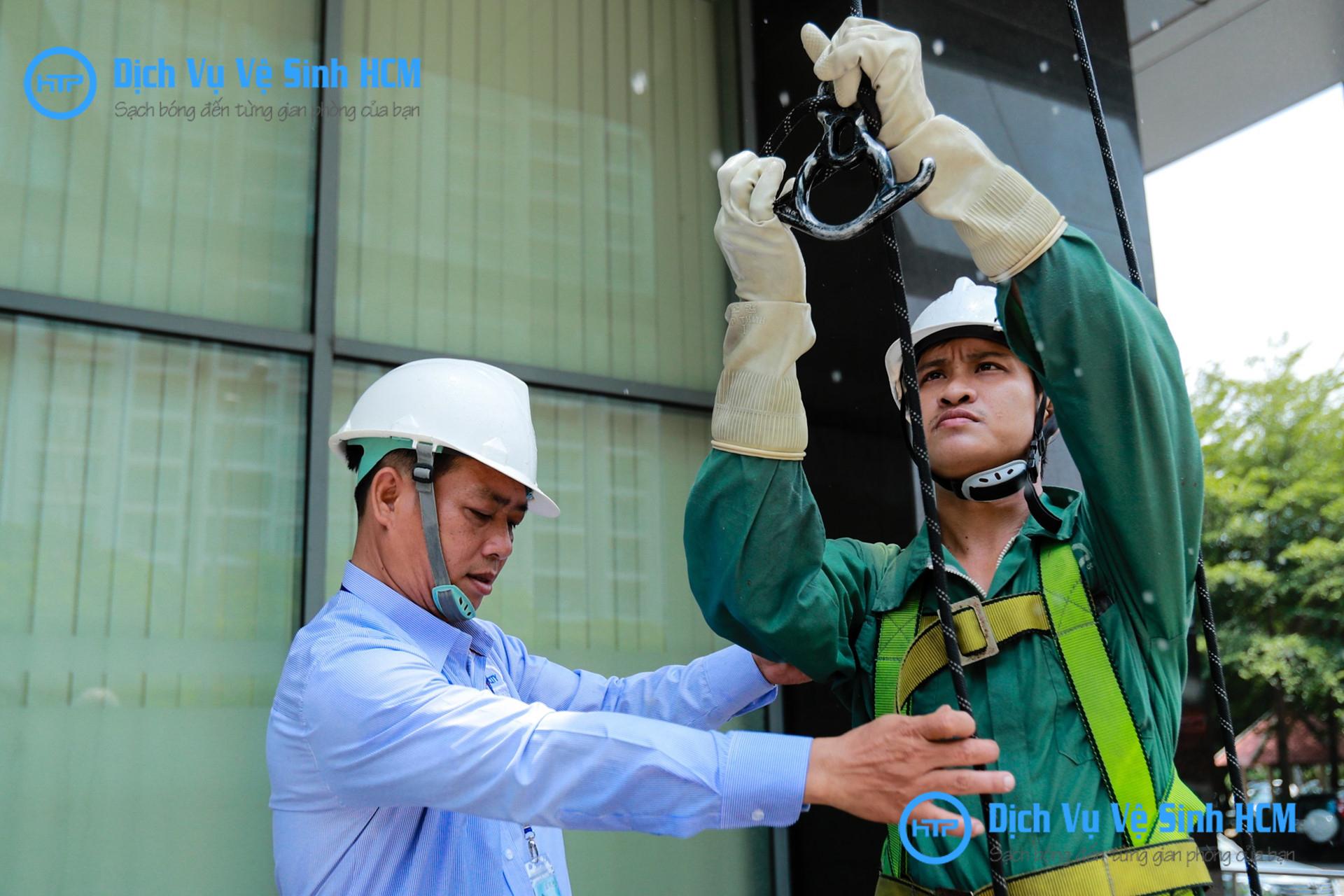 Đơn vị thi công dịch vụ vệ sinh kính